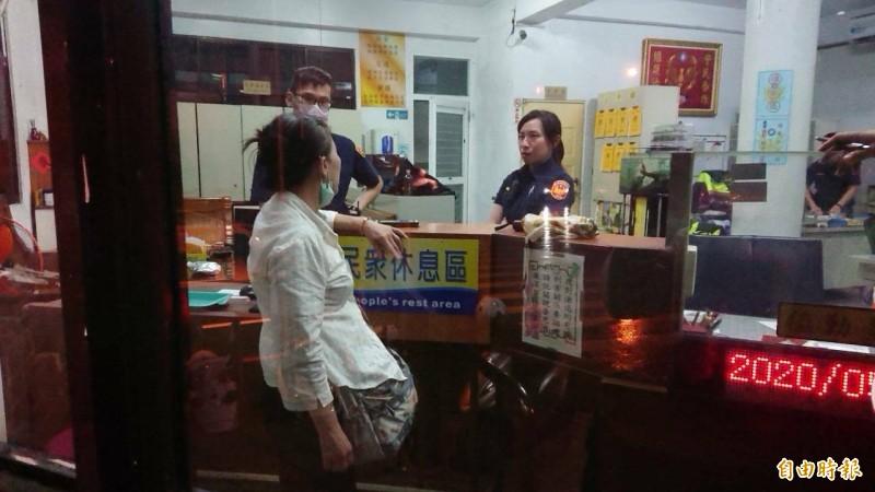 蘇姓檢舉達人,因為被網紅開直播挑釁,警方將她帶回警所保護,豈料蘇婦卻為了待在警所,做了整晚筆錄。(記者王捷攝)