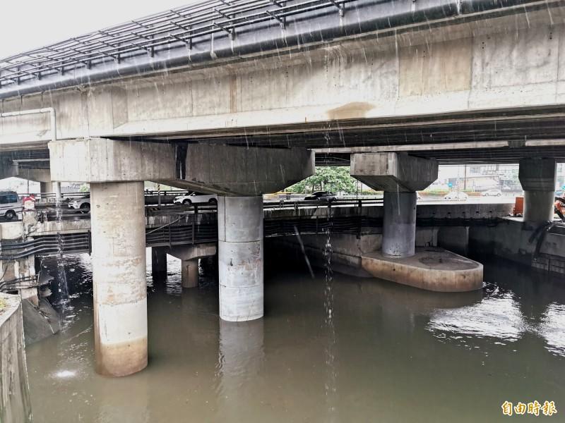 中山高仁德交流道下方萬代橋水位到達警戒。(記者吳俊鋒攝)