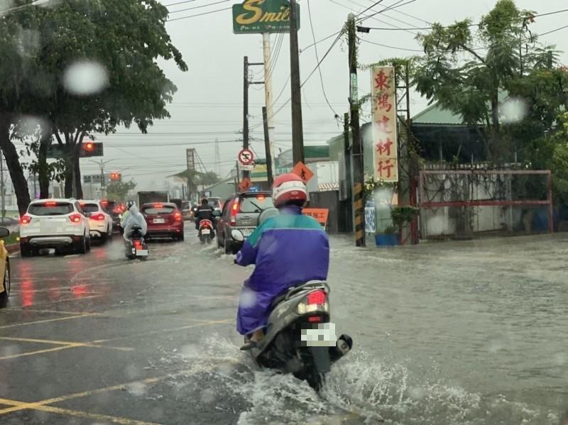 神農路積水,騎士涉水而過。(記者洪臣宏翻攝)
