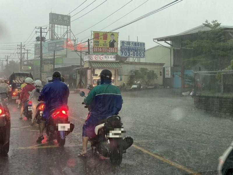 大雨滂沱,神農路積水。(記者洪臣宏翻攝)