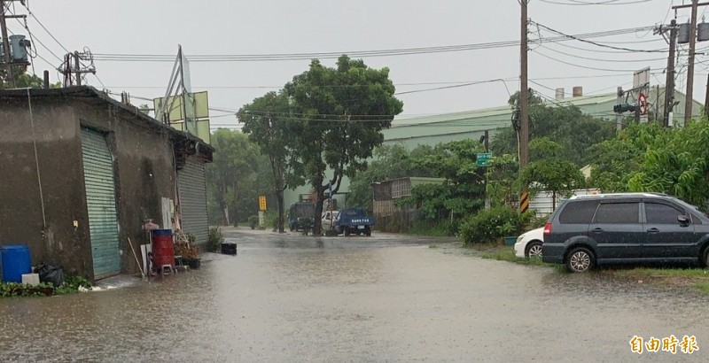 橋頭區通燕路出現積水。(記者陳文嬋攝)