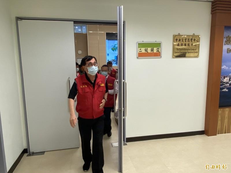 高雄市災害應變中心二級開設,副市長李四川坐鎮指揮。(記者黃旭磊攝)