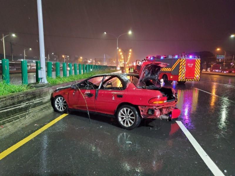 紅色自小客再追撞黑色休旅車,因高速撞擊推擠噴飛到最前面內側護欄起火燃燒。(中市消防局提供)