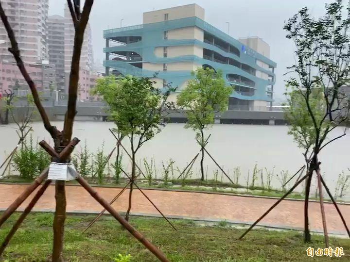 三民區十全滯洪池發揮蓄水功能。(記者黃旭磊攝)