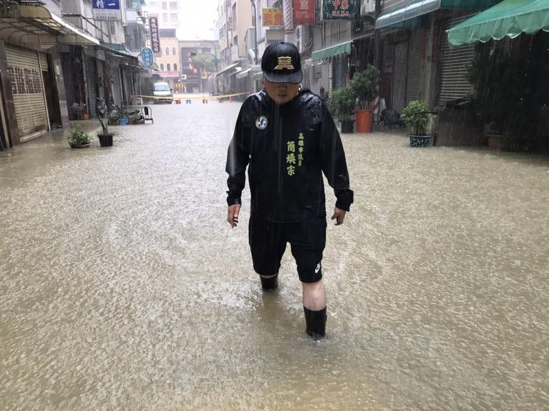 高雄市鹽埕區淹水,議員簡煥宗批是導因於抽水機兩度故障。(記者葛祐豪翻攝)