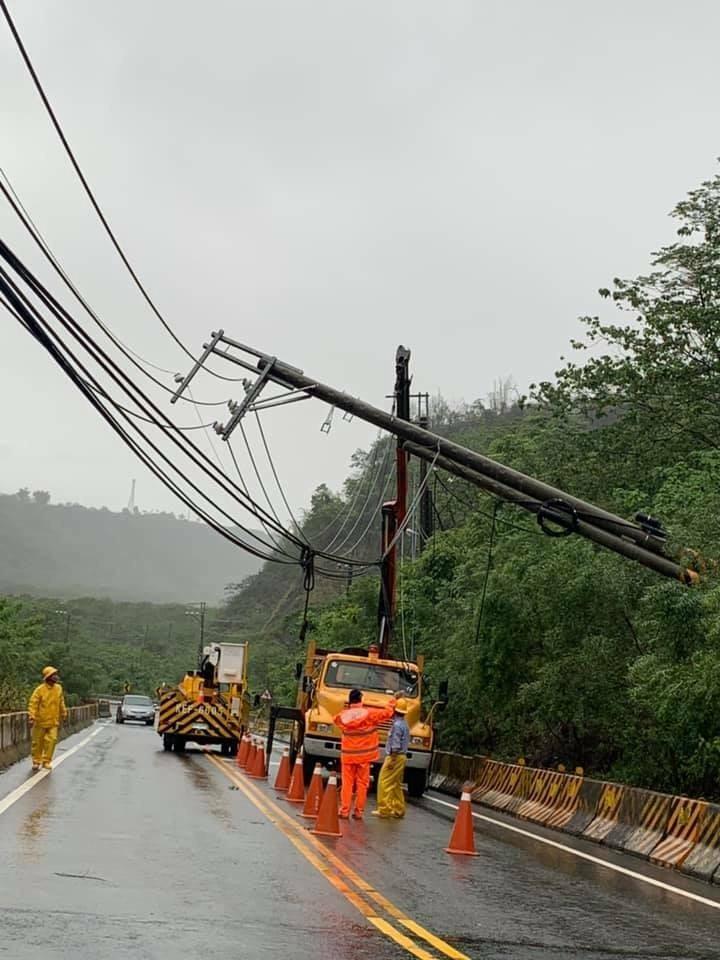 台29線小林五里埔至那瑪夏路段清晨有電線桿倒塌,中午台電會繼續派人搶修,預計停電2小時。(那瑪夏區公所提供)