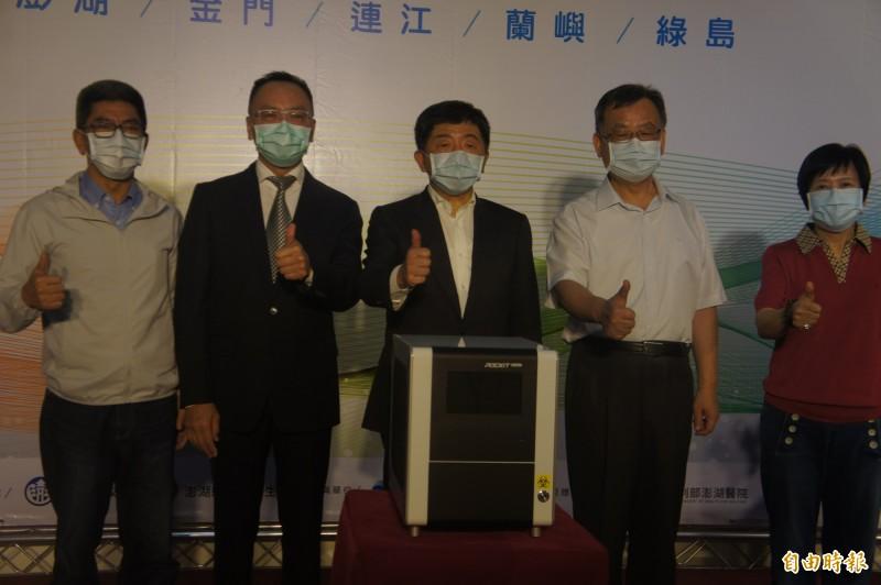 瑞基公司致贈5部中國武漢肺炎病毒檢測儀器,放置在金馬澎等5個離島。(記者劉禹慶攝)