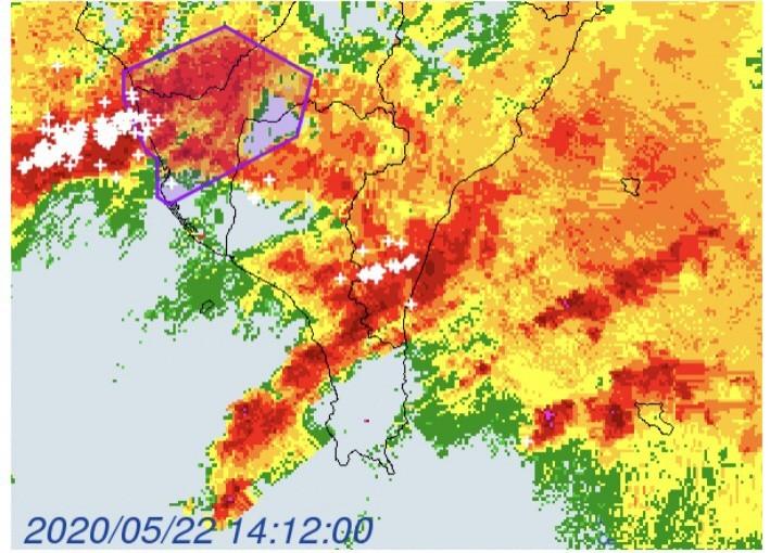 中央氣象局今天下午2時22分,針對台南市、高雄市、屏東縣發布大雷雨即時訊息,持續至下午3時15分止。(中央氣象局提供)