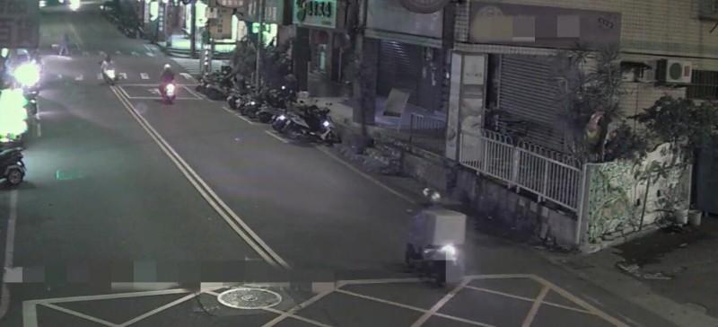 黃女(右下方騎機車者)將她在公司竊得的口罩裝箱載往王女開設的商店銷贓。(警方提供)