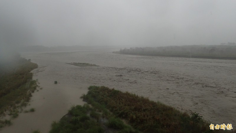 高雄山區持續強降雨,荖濃溪水流湍急,水位暴漲。(記者許麗娟攝)