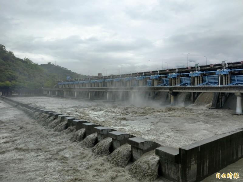 梅雨鋒面為南投帶來明顯降雨,集集攔河堰累積雨量破百毫米,今年首度洩洪。(記者劉濱銓攝)
