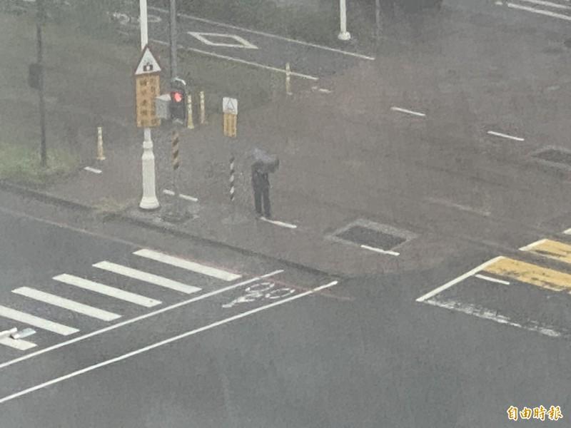 高雄市區降下劇烈豪雨,圖為前鎮區降雨情形。(記者黃旭磊攝)