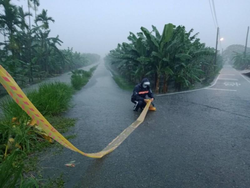 廣福里廣吉路、旗屏二路口因水位暴漲暫時封路。(記者許麗娟翻攝)