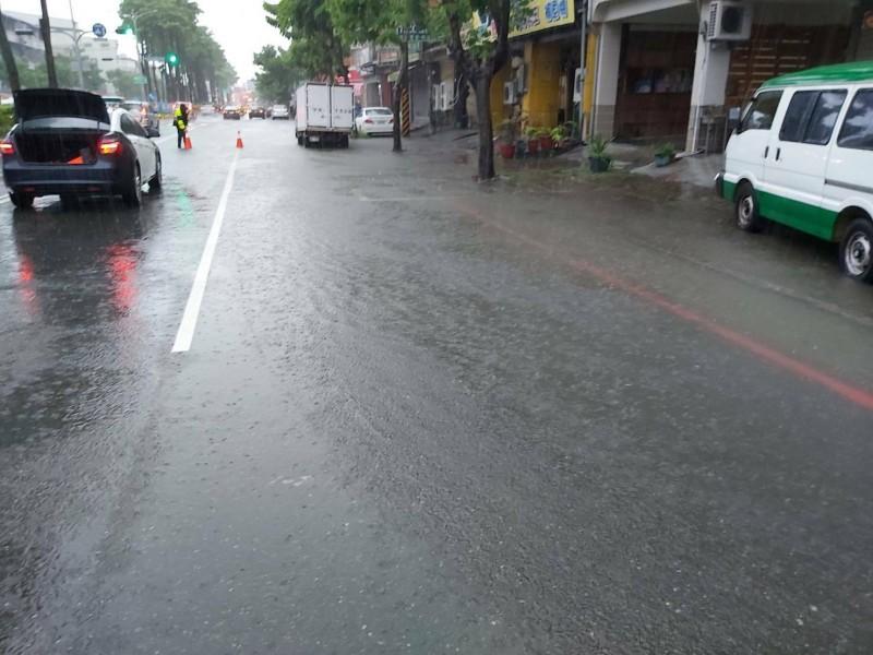 高雄客運北站延平一路與民生街路口排水溝堵住而淹水。(記者許麗娟翻攝)