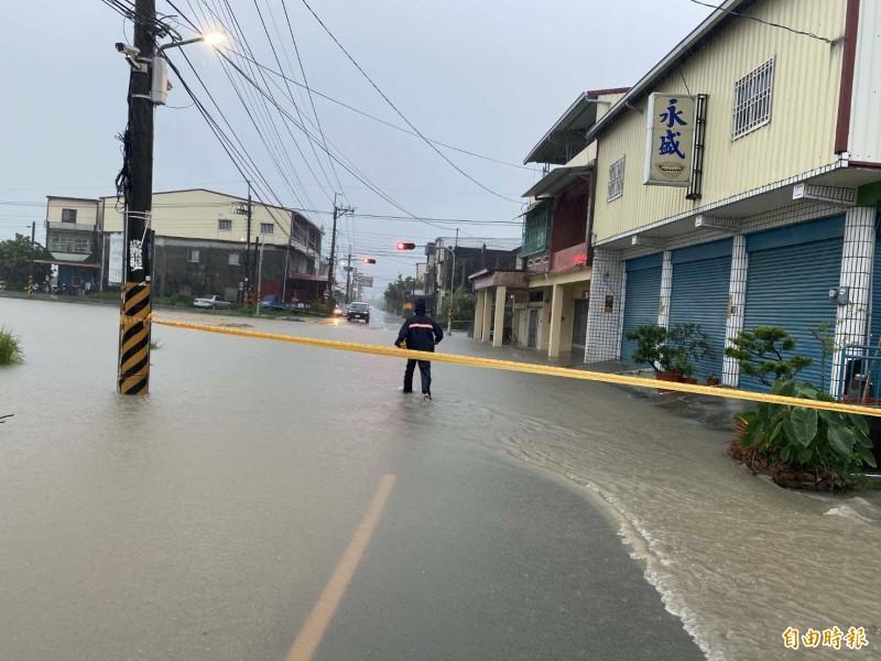 美濃區吉和里中正路三段與下九寮路口因大水水位暴漲,目前淹水禁止通行。(記者許麗娟攝)