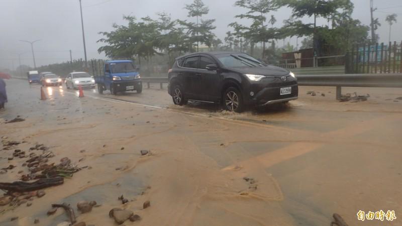 旗山區旗南二路75公里處,發生土石沖落至路面。(記者許麗娟攝)