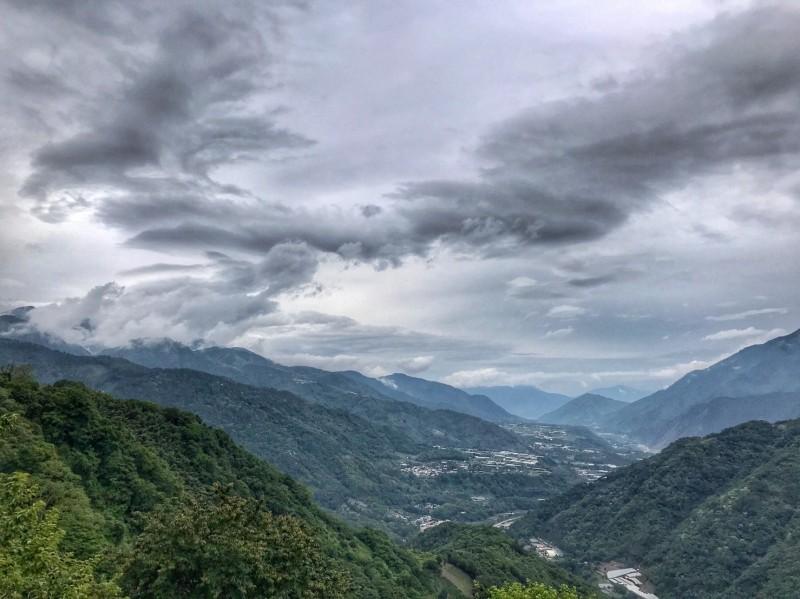 信義鄉的望高地區有民眾在梅雨空檔,拍到雲朵猶如「飛龍竄天」。(陳才毅提供)