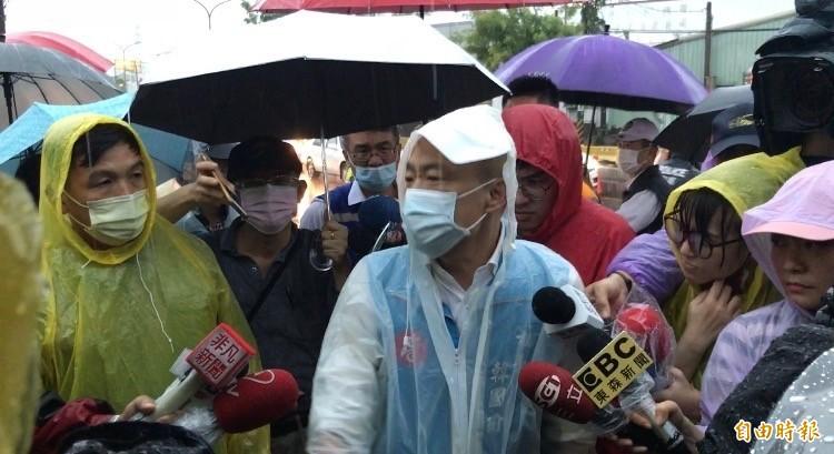韓國瑜視察神農路工地,了解退水狀況。(記者洪臣宏攝)