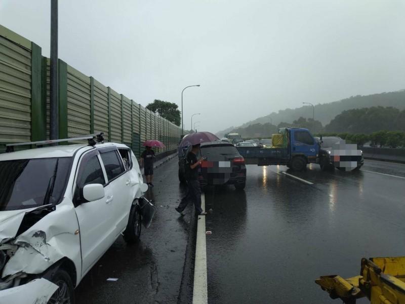 國道1號7車撞成一團,2人送醫。(記者蔡政珉翻攝)