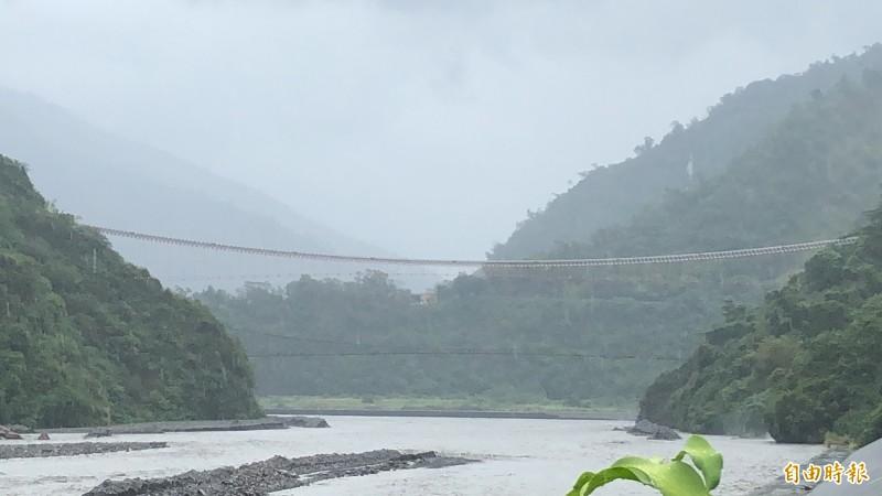 屏東山區雨勢驚人,山川琉璃吊橋明天(23日)持續關閉。(記者羅欣貞攝)