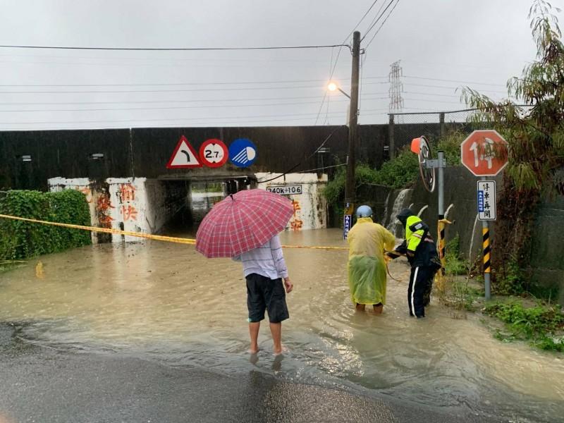 高雄路竹太平路262巷涵洞上午淹水至小腿時即拉起封鎖線。(記者許麗娟翻攝)