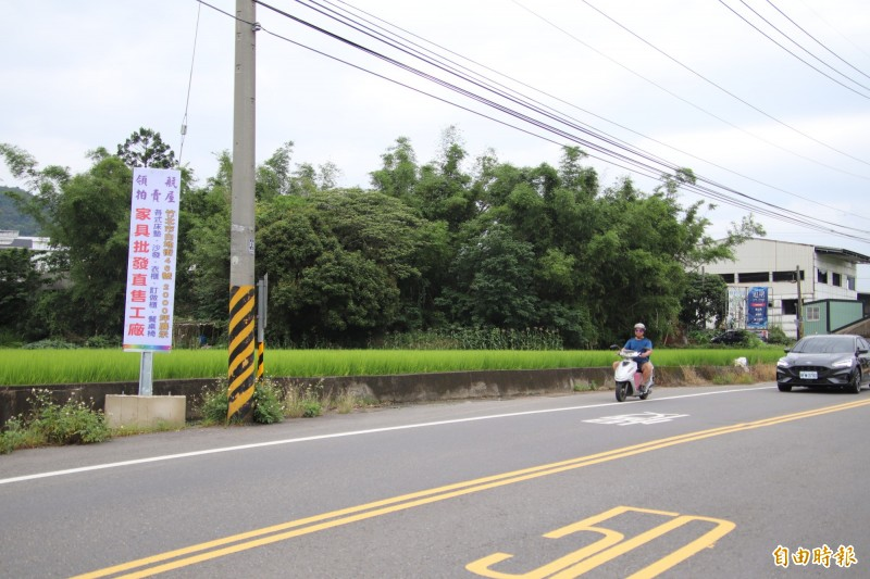 新竹縣境內許多重要路段最近出現如圖左的違規廣告物,工務處已經開始強制移除且直接破壞。(記者黃美珠攝)