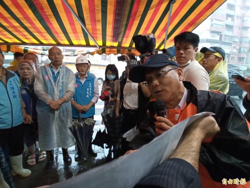 高雄市長韓國瑜下午前往鹽埕勘災並聽取簡報。(記者黃佳琳攝)