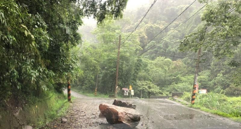 南庄鄉東河村橫屏背(竹37鄉道)今天下午有落石掉落,2顆1噸重大石頭橫擋路中。(記者蔡政珉翻攝)
