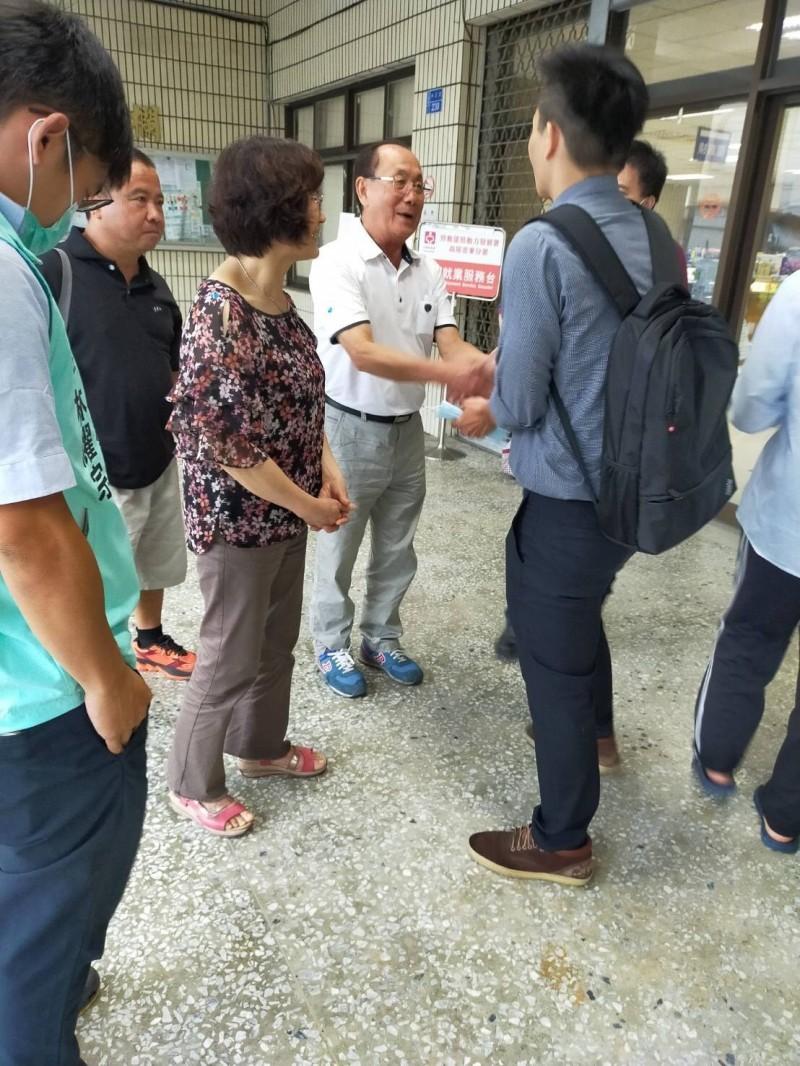 廖國富(右一)與對手曾輝地在登記時相遇,兩人很有風度的握手互相祝福。(記者陳彥廷翻攝)