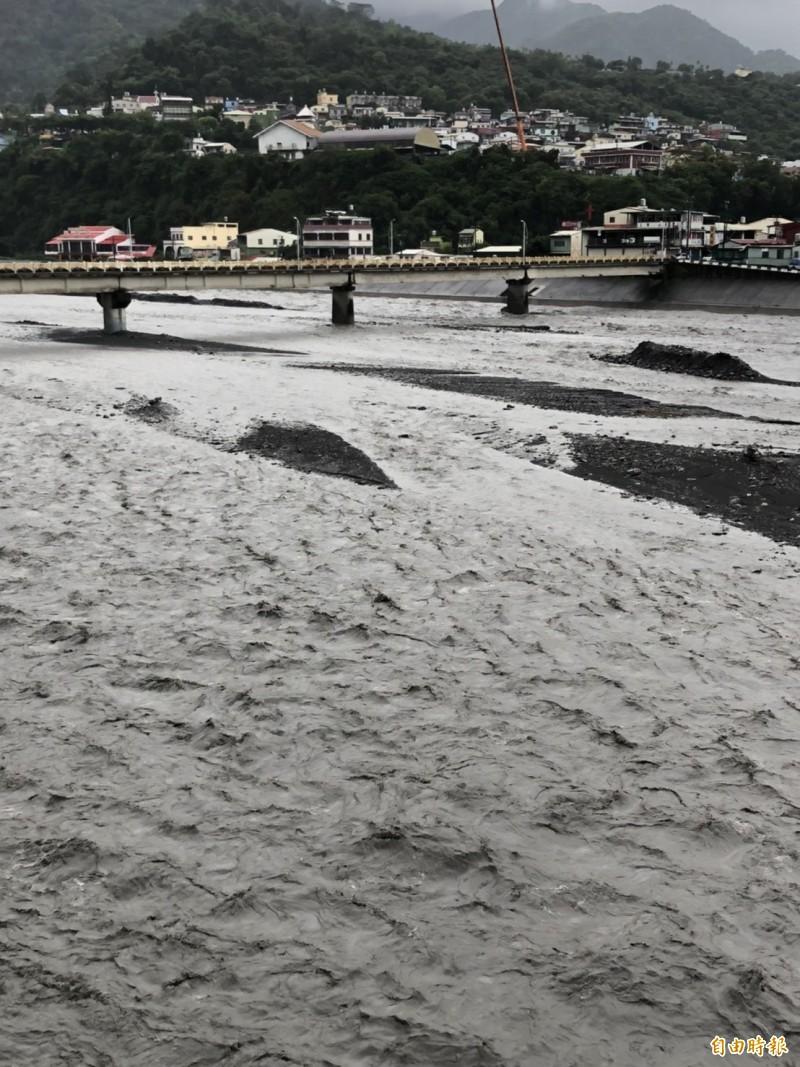 三地門鄉一帶的隘寮溪水因雨湍急。(記者羅欣貞攝)