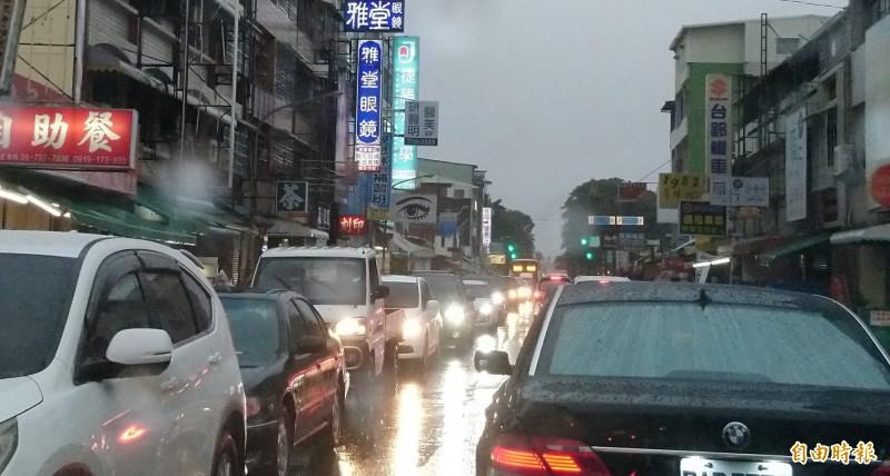 大雨不斷,屏東市入夜後交通大打結,市區主要道路嚴重塞車,宛如一座大停車場。(記者李立法攝)