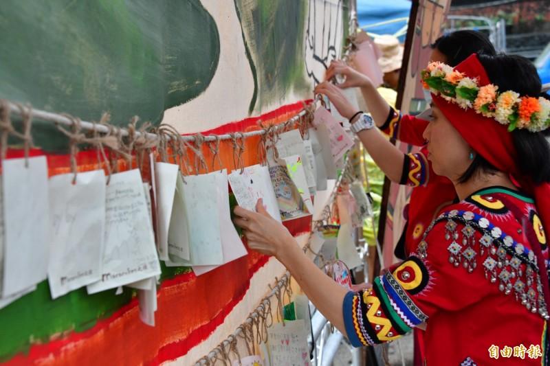 牡丹社事件146週年,民間繫卡片與先人對話。(記者蔡宗憲攝)