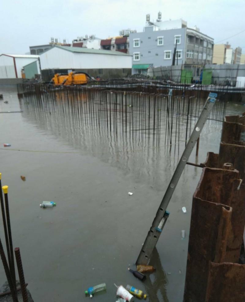 治水工程擋水倒灌上游農田 東港農民嗆冒雨圍工地抗議
