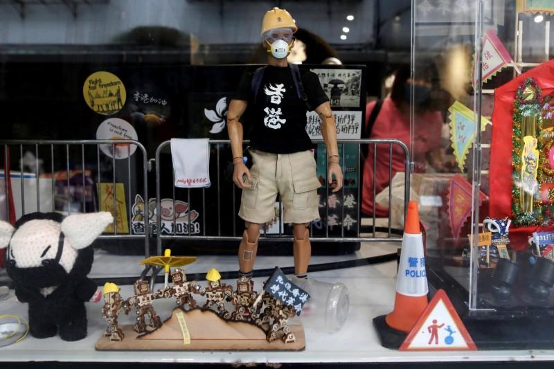 中國人民代表大會強推香港版國安法,引發港人不安,移民查詢也急增。圖為台北一家提供在台庇護港人工作的餐廳,櫥窗展示香港民主抗爭運動模型。(路透)