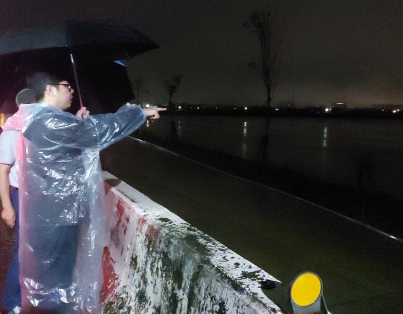 陳其邁昨晚趕回高雄視察 網友:真正的市長回來了