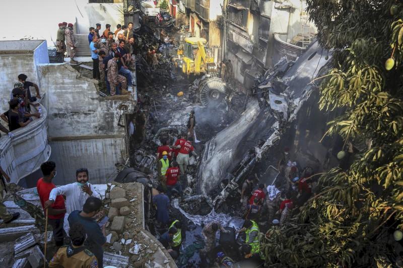 巴基斯坦國際航空一架客機22日墜毀在民宅區,造成將近百人死亡。(美聯社)
