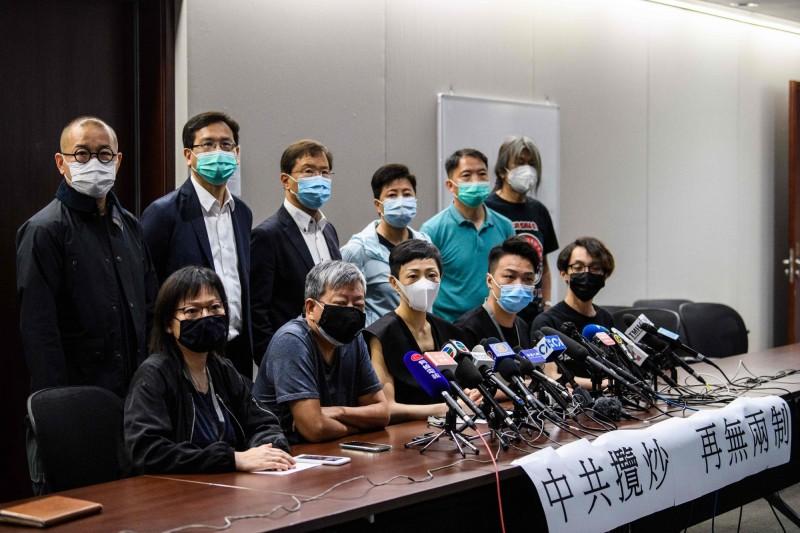 香港民陣召集人岑子杰(前右2)與香港民主派人士今日召開記者會,回應中國的「港版國安法」。(法新社)