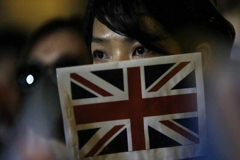去年香港反送中運動時,有民眾手舉英國國旗。(歐新社資料照)