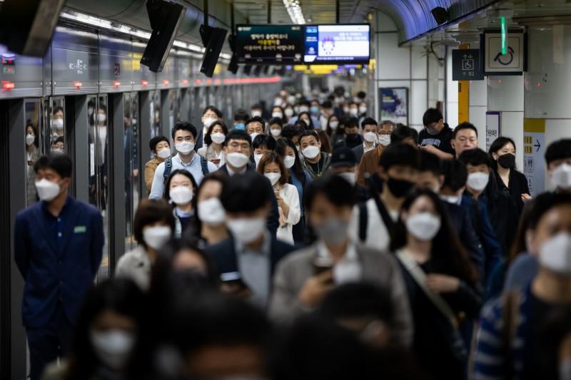 武漢肺炎(新型冠狀病毒病,COVID-19)疫情在全球延燒,南韓首爾梨泰院夜店日前發生群聚感染。( 彭博)