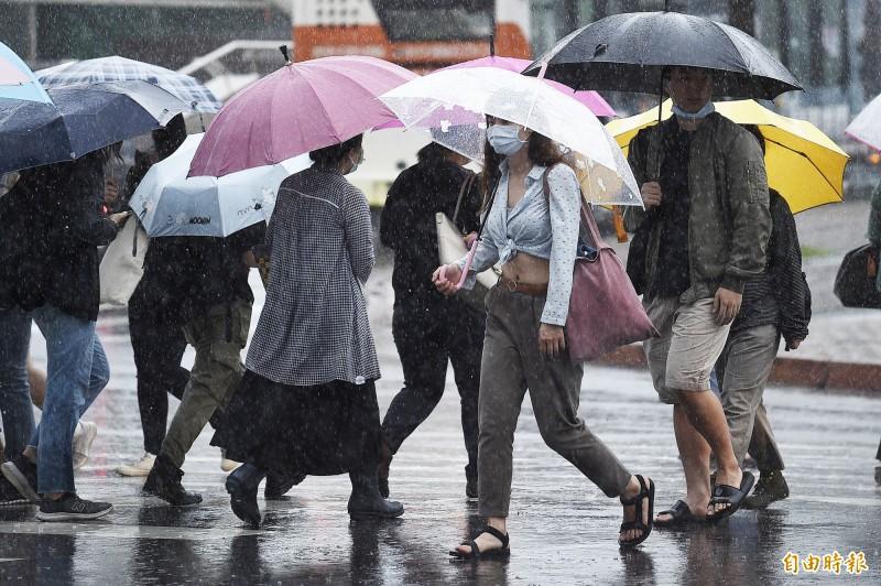 受到滯留鋒面及西南氣流影響,南台灣今日降下大規模劇烈豪雨,氣象局晚間持續對全台20縣市分別發布超大豪雨、大豪雨、豪雨、大雨警報。(記者陳志曲攝)