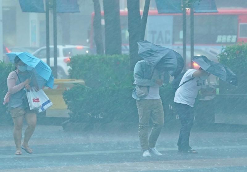 台灣今(20)日受滯留鋒面及西南氣流影響,易有短時強降雨,氣象局下午持續對全台20縣市分別發布超大豪雨、大豪雨、豪雨、大雨警報。(記者黃志源攝)