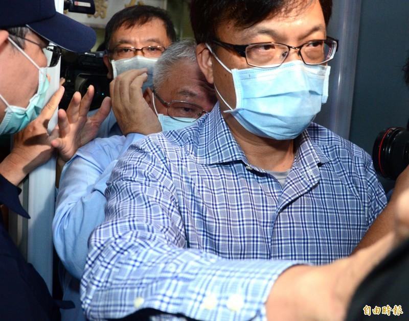 錢櫃董事長練台生(中)今至台北地檢署出庭,訊後檢方諭令100萬交保。(記者王藝菘攝)