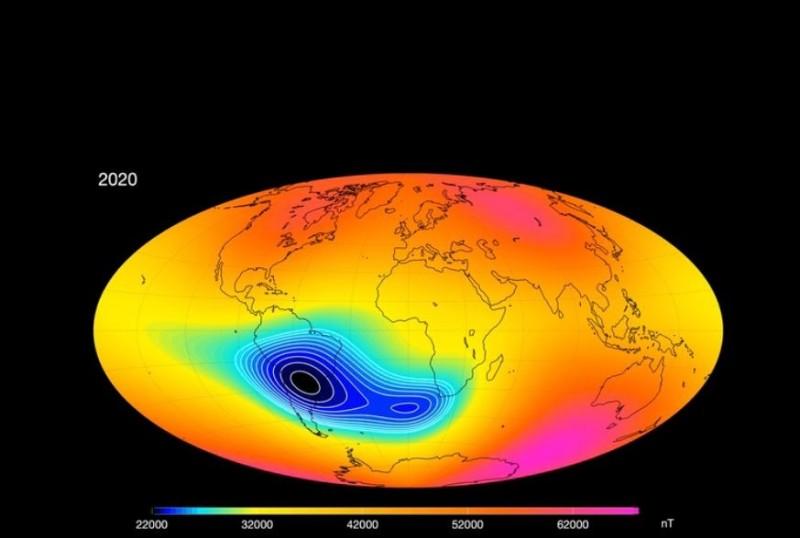 圖中深藍色及藍綠色區域即為地球磁場強度大幅衰退的區域。(擷取自歐洲太空總署)