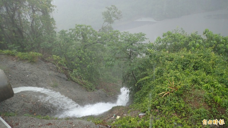 茂林區今天雨勢滂沱,山區道路不斷排水進濁口溪。(記者許麗娟攝)