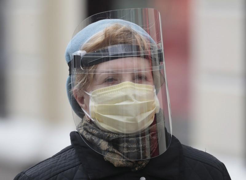 日本大阪即將讓師生重返校園,為此也準備逾17萬個透明面罩以預防群聚感染。透明面罩示意圖。(歐新社)