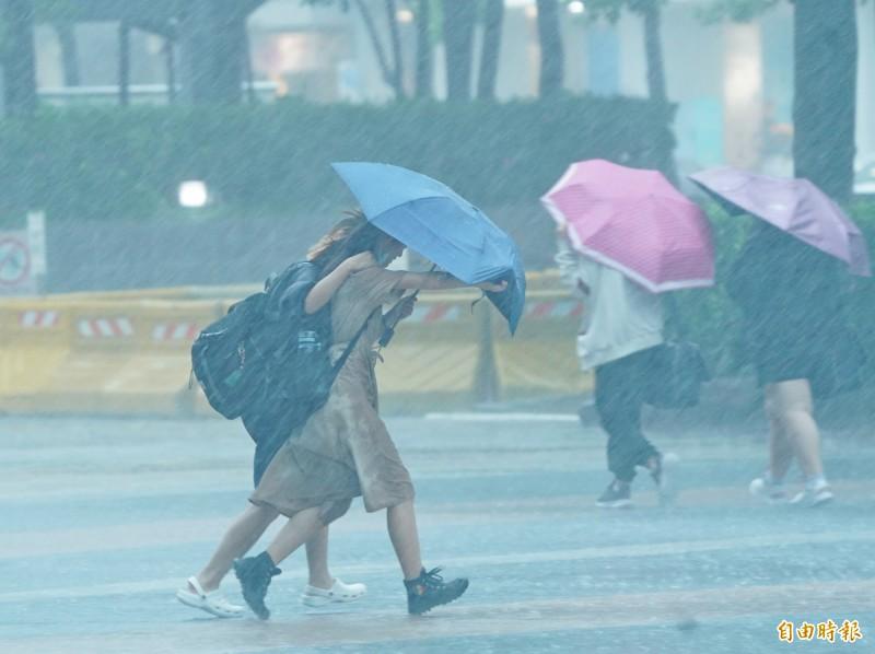 受到滯留鋒面及西南氣流影響,台灣今日全台有雨,南台灣更是降下大規模劇烈豪雨。對此,高雄市將在今(22)日晚間宣布明日是否照常上班、上課。(記者黃志源攝)