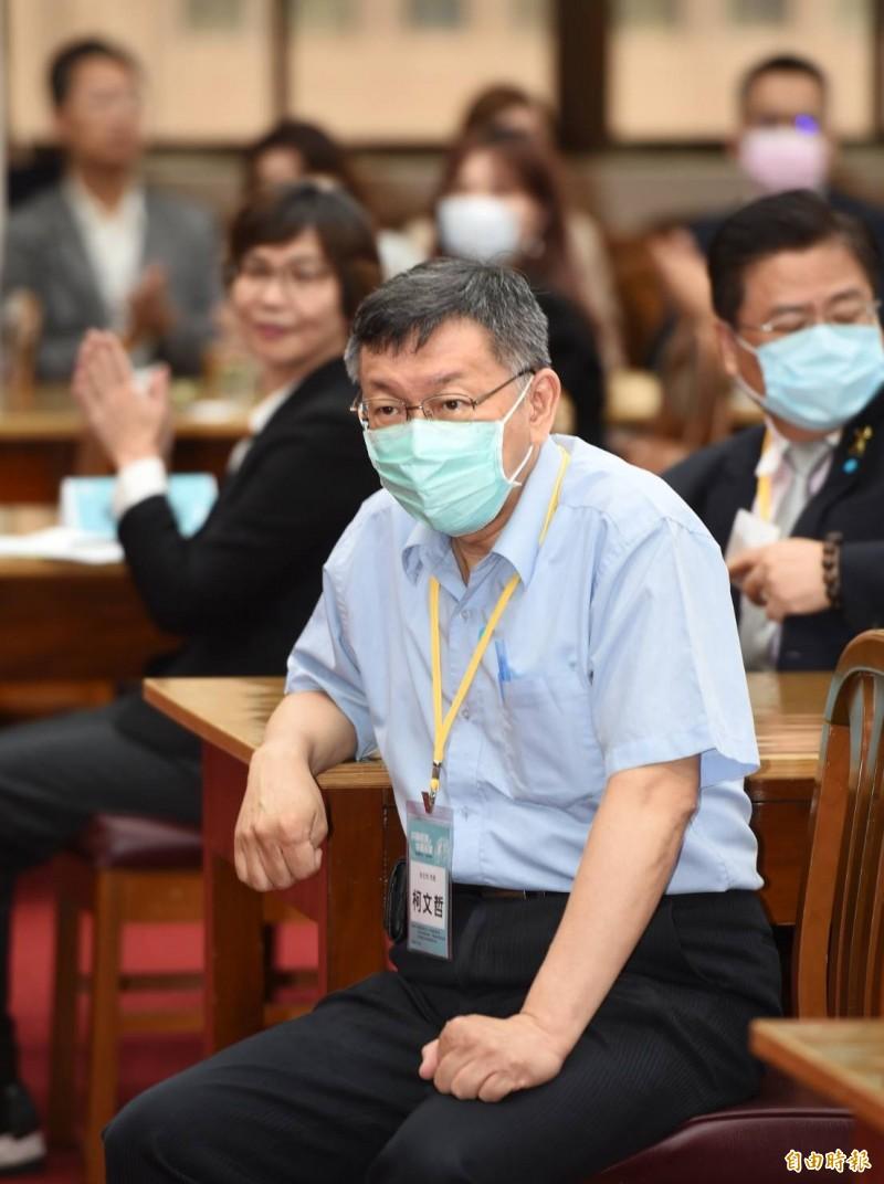 民眾黨主席、台北市長柯文哲今天在立院提到「萬元之亂」時,碰上議場通知立委表決的「響鈴7分鐘」,柯文哲在台上直發牢騷說沒有效率、國家要改進,並說,台北市政府比長官慢到就叫遲到,慢來的直接到後面罰站。(記者方賓照攝)