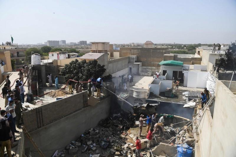 巴基斯坦官方出動軍隊救援,在殘破的瓦礫中尋找生還者。(美聯社)