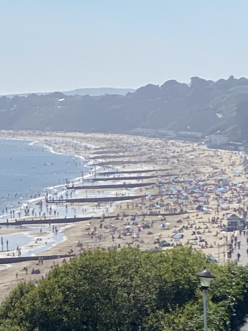 一名網友在推特表示,在他辦公室附近的伯恩茅斯海灘擠滿了人。(圖擷自Aj_gritt@Twitter)