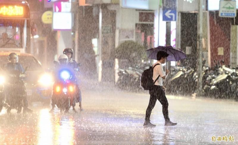 台灣今日受滯留鋒面及西南氣流影響,易有短時強降雨,氣象局下午持續對全台20縣市分別發布超大豪雨、大豪雨、豪雨、大雨警報。(資料照)